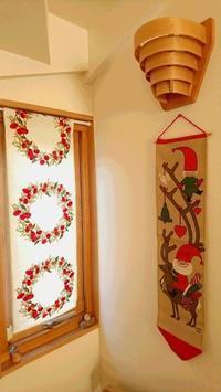 お客様の声:素敵なクリスマスタペストリーのあるホール - Valkommen! 【ヴェルコーメン!】北欧インテリア&ライフスタイル|JOBS〈ヨブス〉手染めテキスタイル