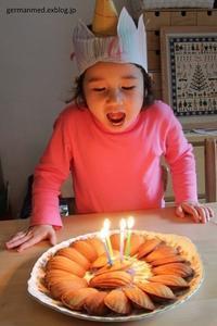 妹こぐま、4歳 - 黒い森の白いくまさん