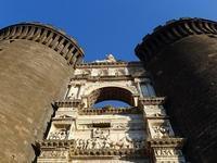 5本の塔が建つヌオーヴォ城 (Napoli 6)   - エミリアからの便り