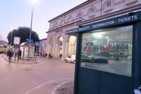 バス時刻表を駅前で、イタリア ペルージャ - イタリア写真草子 Fotoblog da Perugia