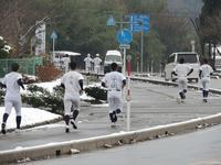 新庄学園野球部雪の中でもロングラン練習。 - 大朝=水のふる里から