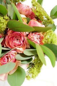 ラナンちゃんでブーケの基礎仕上げ - お花に囲まれて