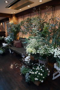 冬の装花、白とくすんだグリーン、切り株とキャンドル 高砂ソファ装花と階段の装花、クリスマス少し手前に - 一会 ウエディングの花