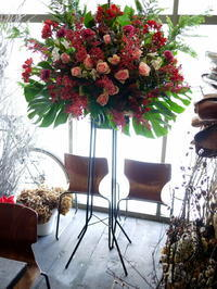 演劇専用小劇場BLOCHでの、大学の演劇研究会の定期公演にスタンド花。2017/12/14。 - 札幌 花屋 meLL flowers