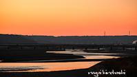 夕暮れ - 長い木の橋