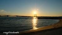 夕日抱く赤鳥居 - 長い木の橋