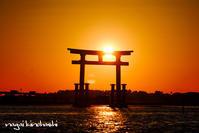 夕日抱く赤鳥居2 - 長い木の橋