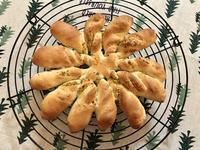 ガーリックとパルメザンチーズのパン - カフェ気分なパン教室  ローズのマリ
