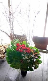 南3西1のビル3Fの沖縄料理のお店の10周年に。2017/12/18。 - 札幌 花屋 meLL flowers