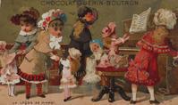 フランスのクロモカード《ピアノのお稽古》(ショコラティエゲラン・ブトロン) - ルドゥーテのバラの庭のブログ