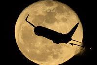 月とスカイマーク - おやじくん乗り物写真