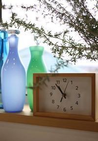 ガラス瓶と窓辺の時計 - 宙吹きガラスの器