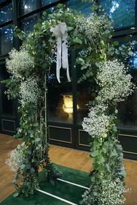 秋の装花リストランテASO様へ、カスミソウとユーカリのアーチ装花 - 一会 ウエディングの花