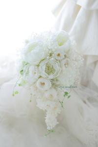 セミキャスケードブーケ 水の教会様へ 沖つ白波 シャクヤクとバラ - 一会 ウエディングの花