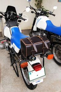 R100GSリアバッグ 黒 後染め 生成り芯 その3 装着画像 - stovl leather log