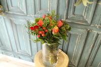 お誕生日の花束 赤と緑 - 北赤羽花屋ソレイユの日々の花