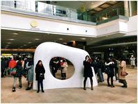 023 札幌駅では穴のあいた白い石の前で待ち合わせる - 札幌日和下駄