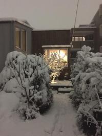 出窓の灯りと雪景色 - kukka kukka