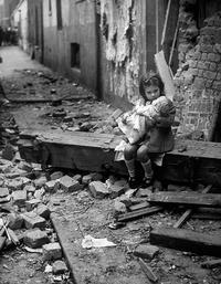 人形を抱く少女 ロンドン 1940年 - Colorized War and Peace ~モノクロ写真のデジタル着色~