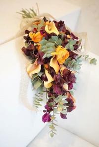 オレンジ×ボルドーのブーケ - お花に囲まれて
