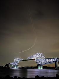 2018.1.29ライトアップされたゲートブリッジと旋回上昇する飛行機の光跡(若洲海浜公園) - ダイヤモンド△△追っかけ記録