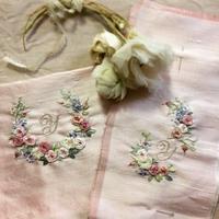 リボン刺しゅうの花園に自分印も添えて - 東京・自由が丘  井上ちぐさの刺繍&カルトナージュ教室  Atelier Claire(アトリエクレア)