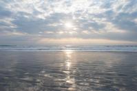 今日の朝日。 - 東に向かえば海がある