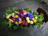 古希のお祝いにアレンジメント。「原色を使って、華やかに」。2018/02/03。 - 札幌 花屋 meLL flowers