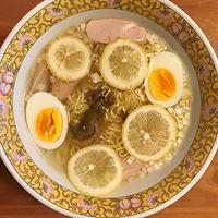 サッポロ一番グリーンプレミアムに自分で摘んだレモンでヘルシー方向に振る♪ - Isao Watanabeの'Spice of Life'.