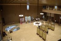 宝塚市庁舎 市民ホール - ブルーアワーの街の情景
