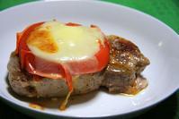 豚肉のコンフィでガーリックオイルステーキ、焼きトマトとモッツァレッラ乗せ - ぶん屋の抽斗