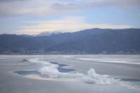 湖面に氷と山と空 - HAPPY to ...