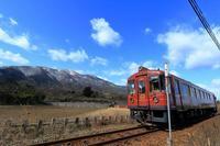 冠雪の由良ヶ岳を望む - 今日も丹後鉄道