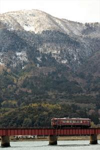 冠雪の由良ヶ岳を望む2 - 今日も丹後鉄道