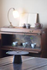 銀彩焼締円盤付花器 - なづな雑記