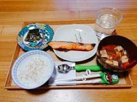 塩鮭と残り物の夜ごはん。 - だれかごはん作って。