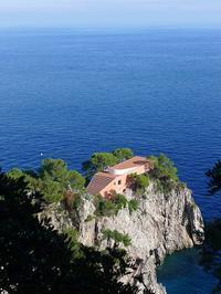 洞窟から真っ青な海へ (Capri 7) - エミリアからの便り