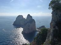 海に浮ぶファラリオーニ岩礁群 (Capri 8) - エミリアからの便り