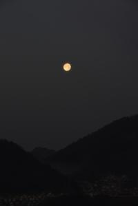西の山に沈む満月 - (=^・^=)の部屋 写真館