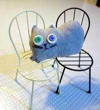 椅子にのせるナニカ★猫人形は目が命 - 月夜飛行船