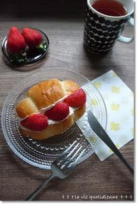 加水多めのロールパンで苺サンドと後ろ・前が…逆★ - 素敵な日々ログ+ la vie quotidienne +