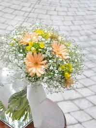 かすみ草とガーベラと菜の花のクラッチ - ブライダルアルバム