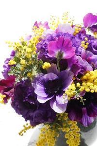 即実行で運を掴む!ミモザが微笑むブーケ - お花に囲まれて