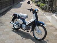 スポーツカブ110・デニムブルー - バイクの横輪