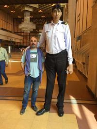 世界で一番背の高かった人今でもパキスタンで一番背の高い人 - パキスタン旅行会社&取材手配 おカミさんやっています