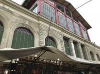 市場地上階の30センチルールを破る不良たち - フィレンツェのガイド なぎさの便り