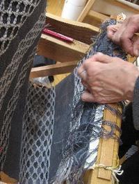 素材を活かしたハチの巣織 - 大分手織物語り