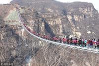 石家庄 平山红崖谷 ガラスの橋を 600人で((((;゚Д゚))))ガクガクブルブル - 二胡やるぞー