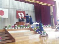 小学校の卒業式、新一年生の黄色い帽子贈呈式 - 風のたよりー佐藤かずよし