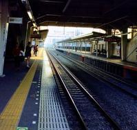 線路がどこまでも真っ直ぐな西武新宿線新狭山駅付近にいます。 - 設計事務所 arkilab